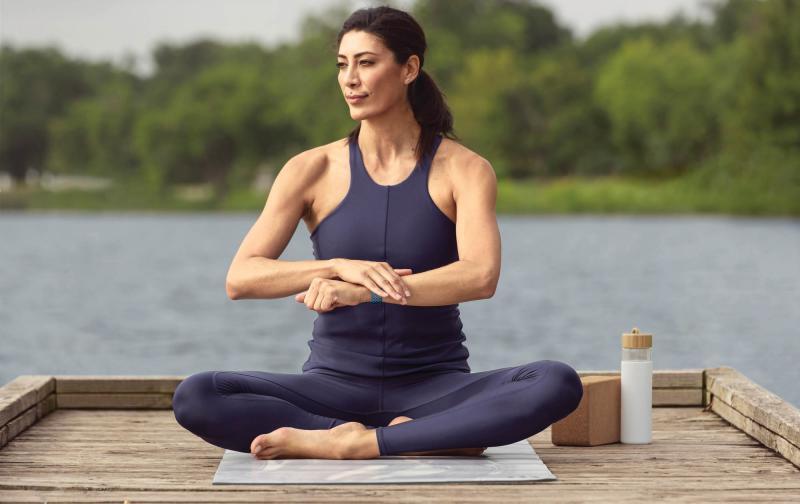 fitbit_sense_lifestyle_yoga_sapphire_sport_mh_0584.jpg