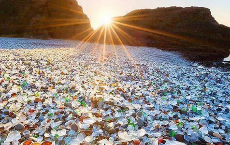 glass_beach_en_california_estados_unidos.png
