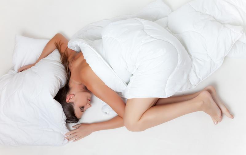 mujer_cama_dormir_despertar.jpg