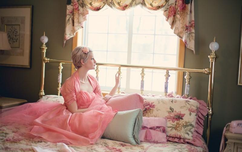 mujer_cama_vestido.jpg
