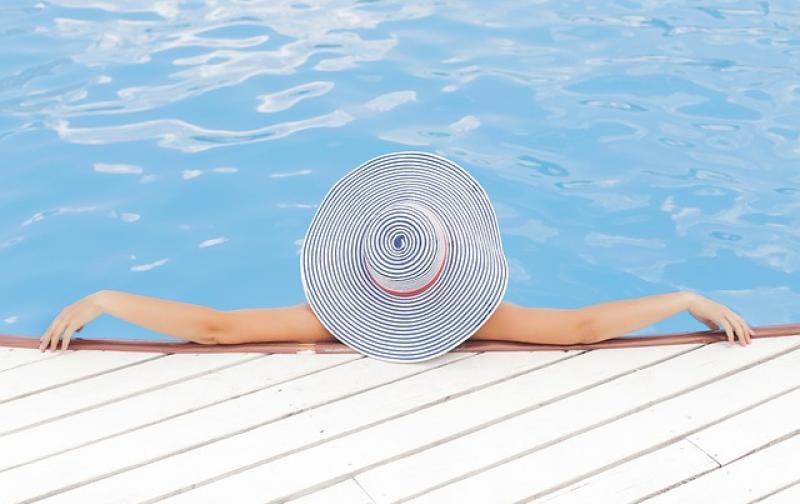 mujer_relajo_piscina_vacaciones.jpg