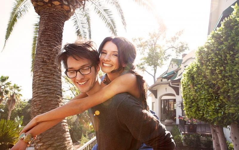 pareja_jovenes_enamorados_feliz.jpg
