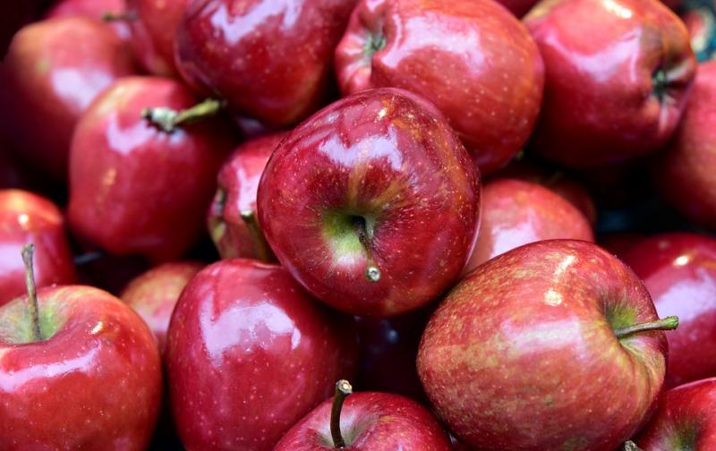 red-round-shiny-beautiful-apple-nicholas-apples-3860991.jpg