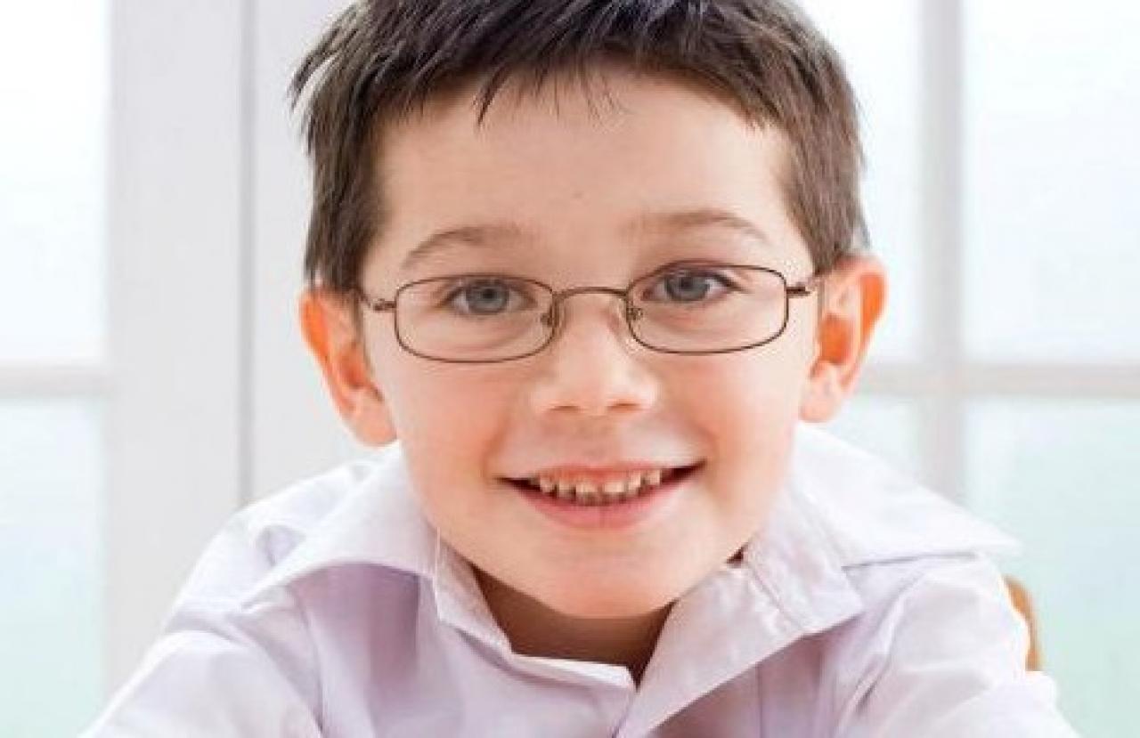 Participación de los niños en la elección de los lentes ópticos jpg  1280x829 Niños con lentes 01b79c62448a