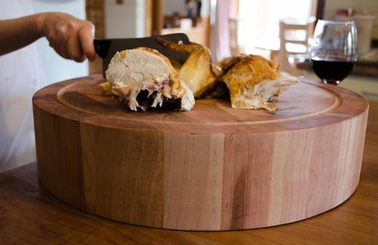 As son las exclusivas tablas para picar hechas con madera for Utensilios de cocina artesanales